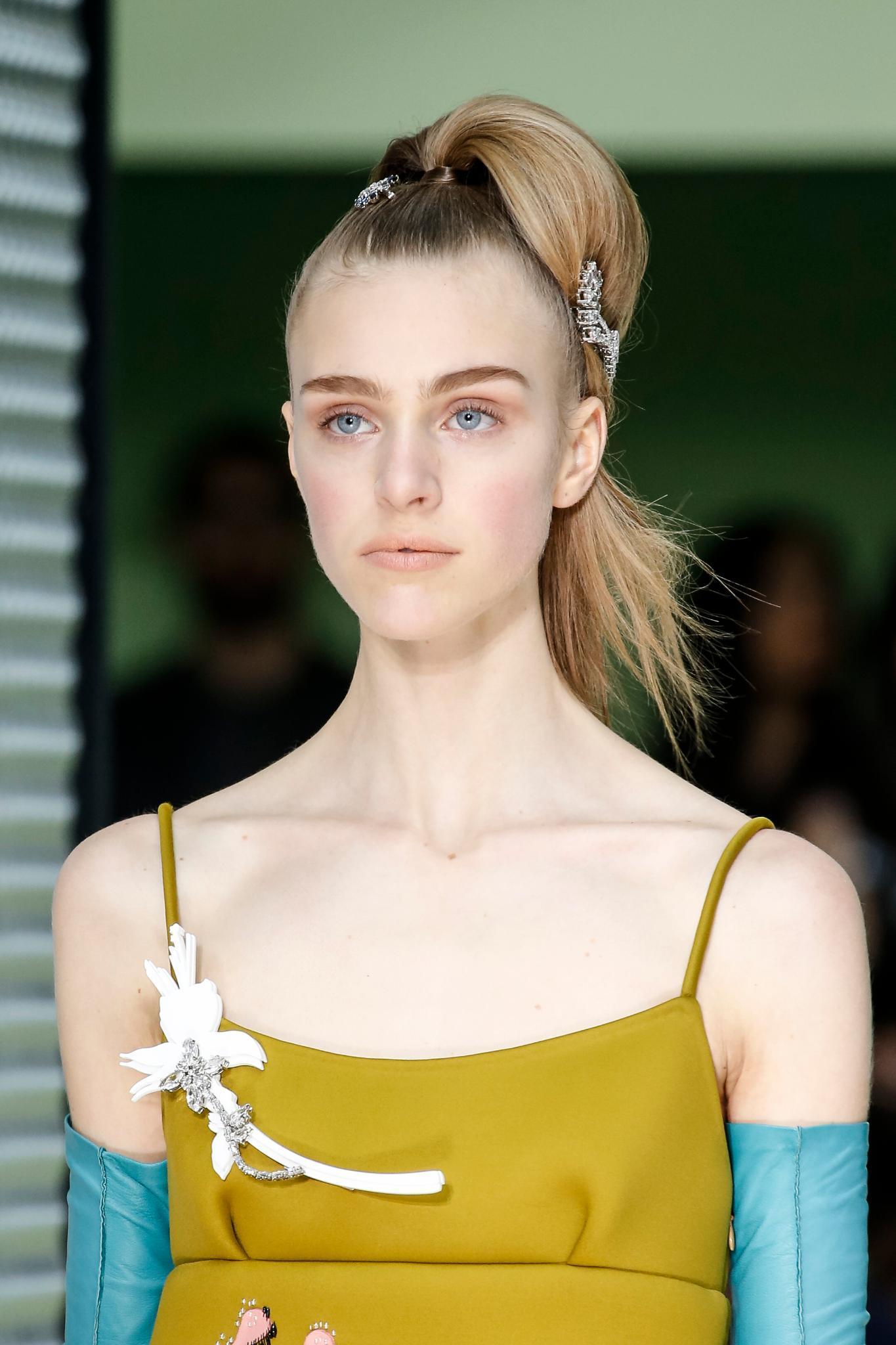 modelo rubia con peinado recogido alto