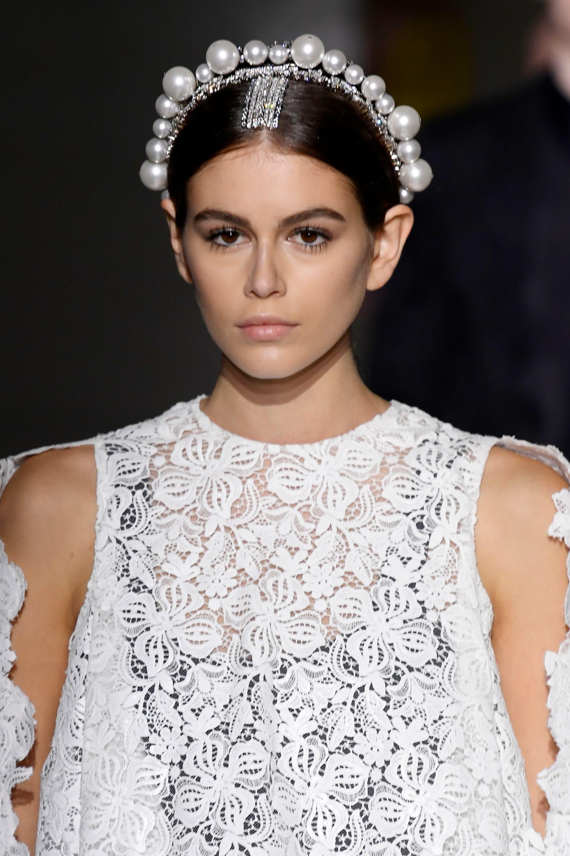 Kaia Gerber con vincha de perlas en la cabeza