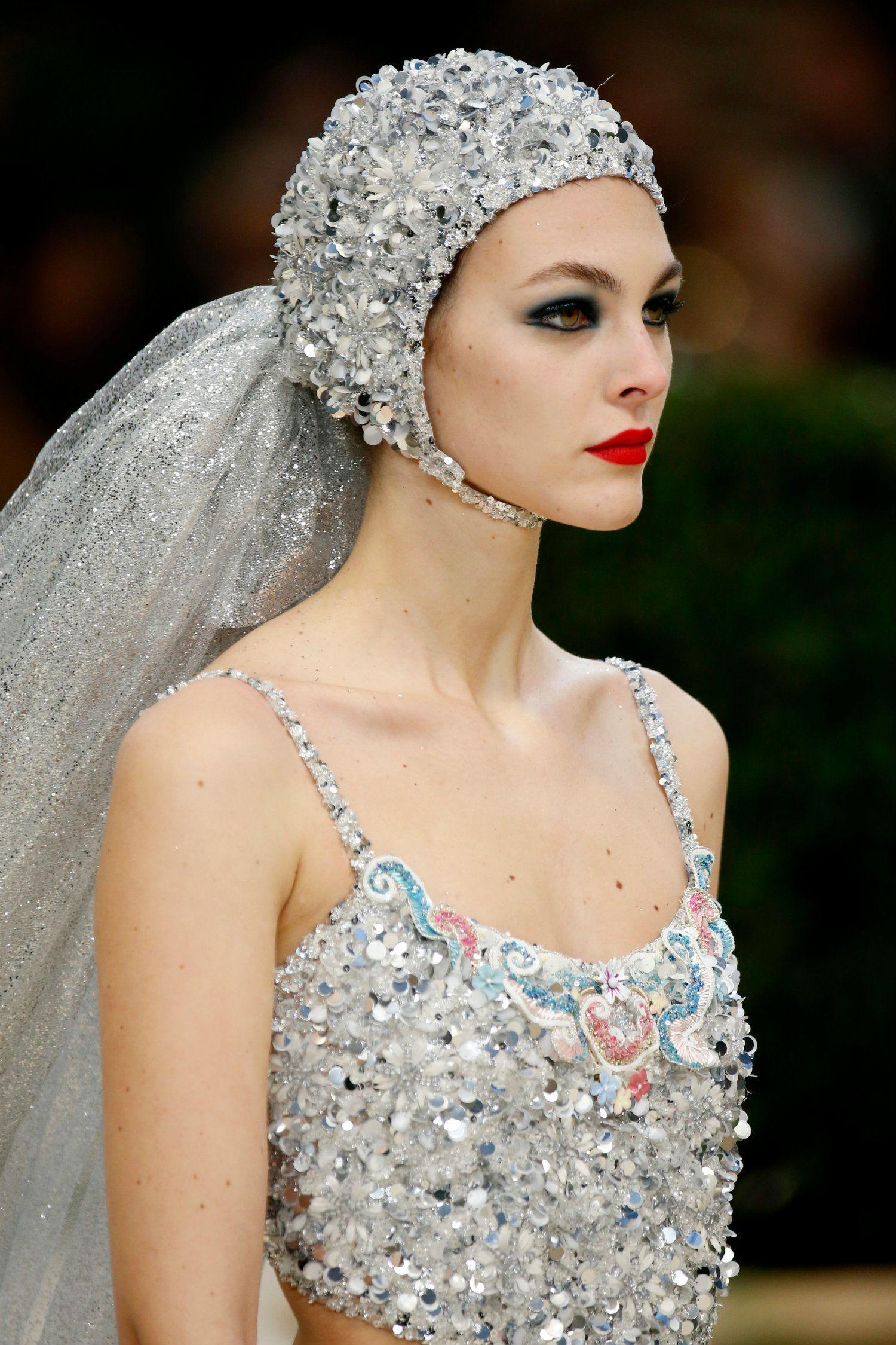 modelo con gorra de cristales y velo plateado en el desfile de Chanel