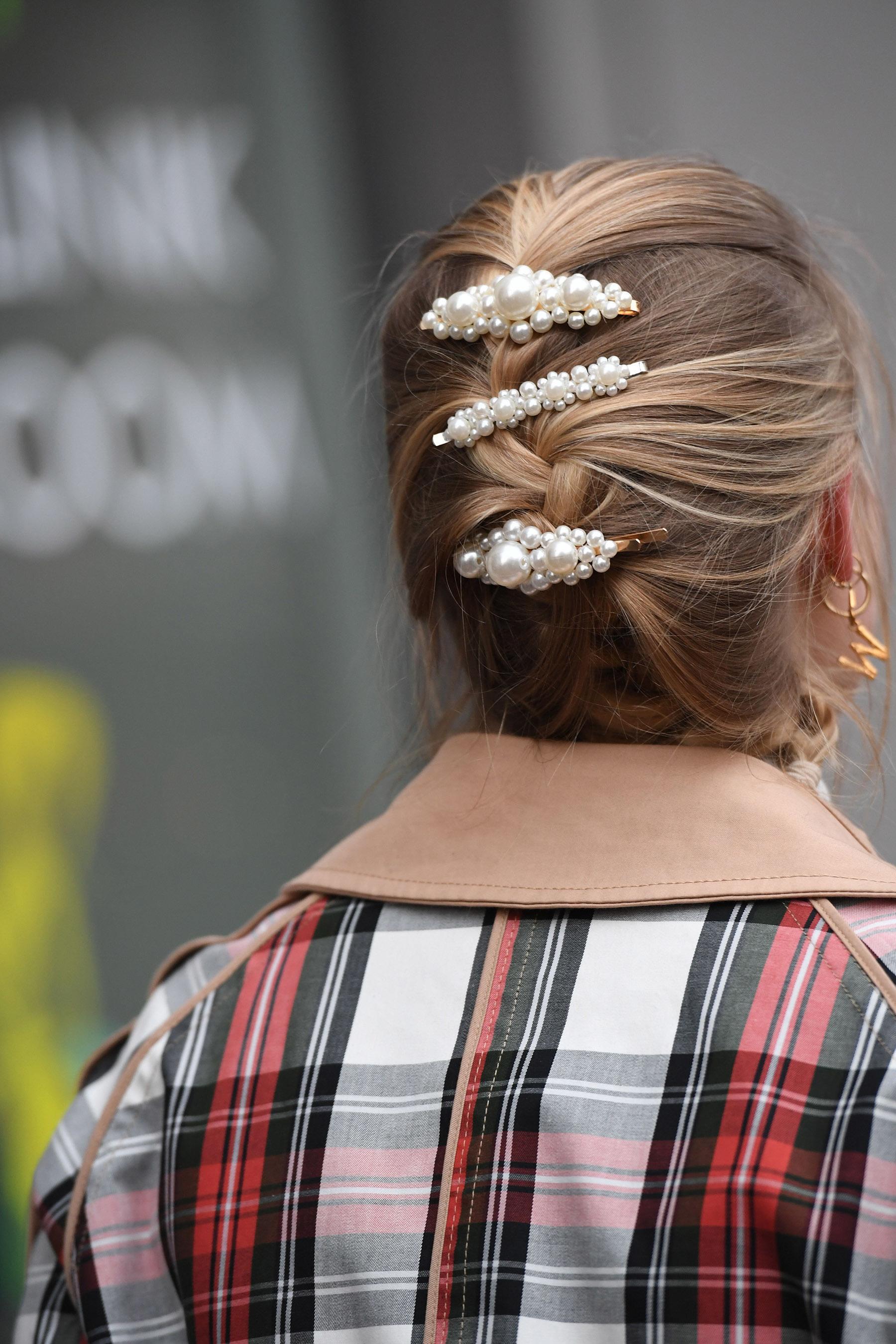 Mujer con peinado recogido y hebillas con perlas