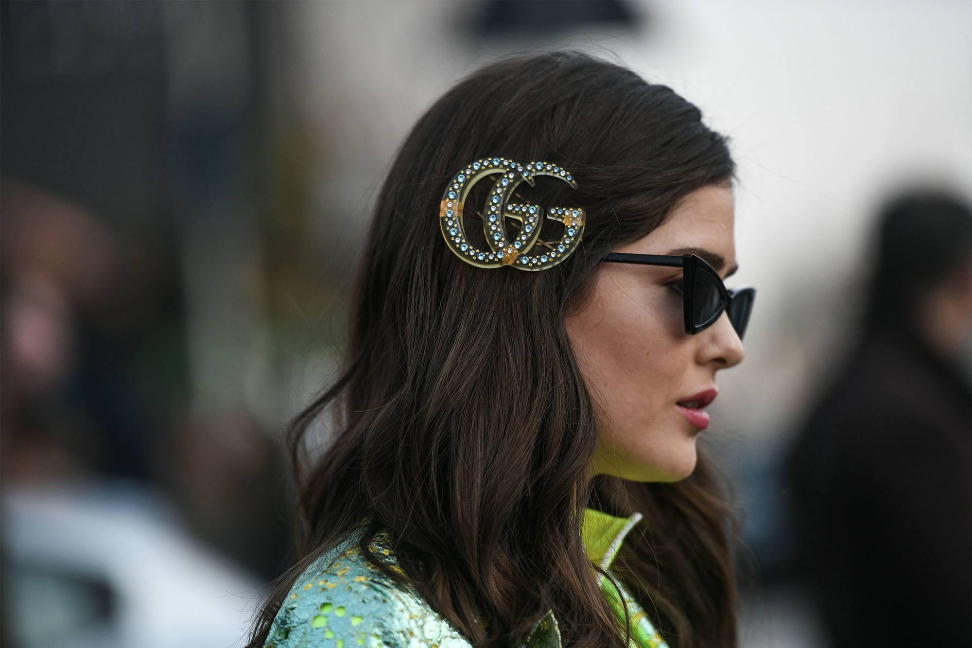 mujer con hebilla de Gucci