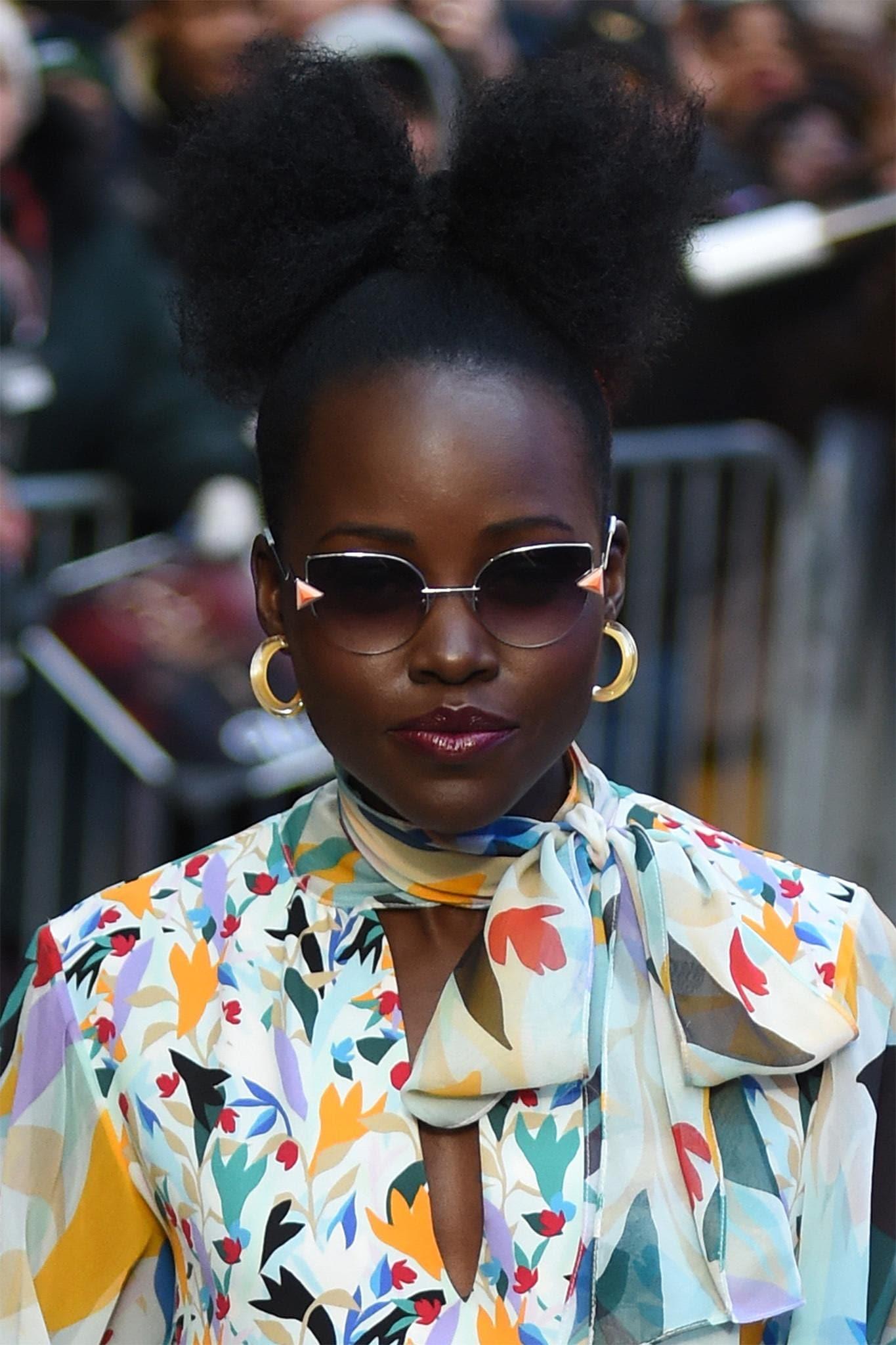 Lupita Nyongo con peinado recogido con rulos