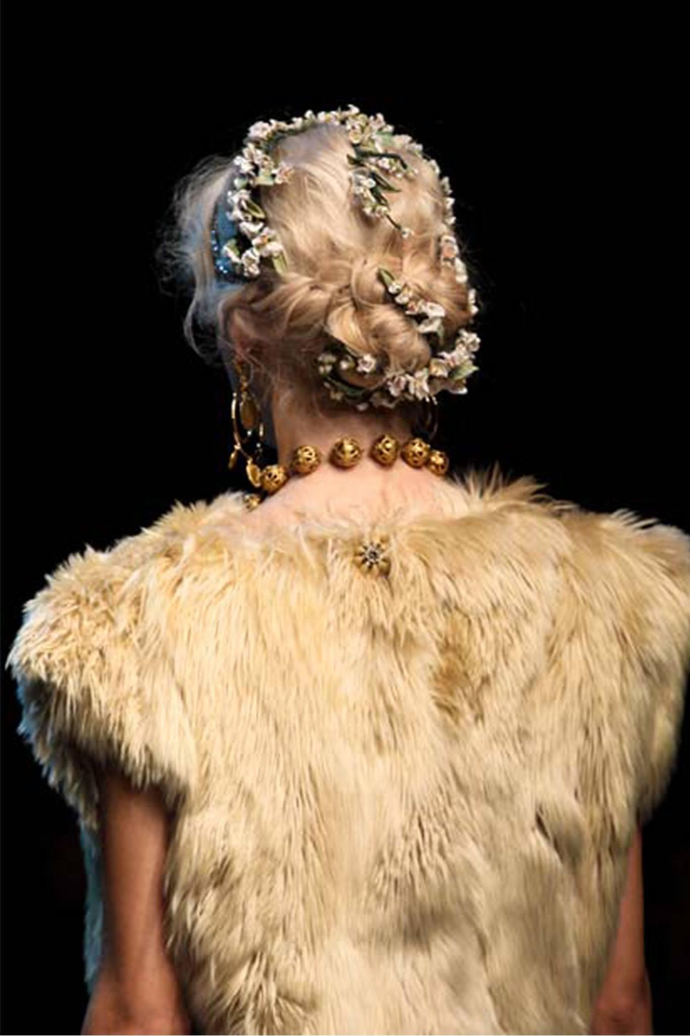 mujer rubia con peinado recogido con rulos y flores