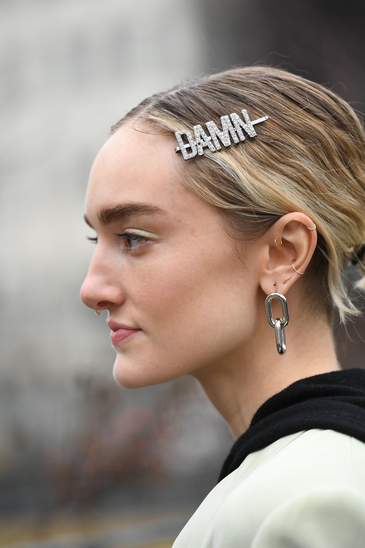 mujer joven peinado con hebillas para el pelo