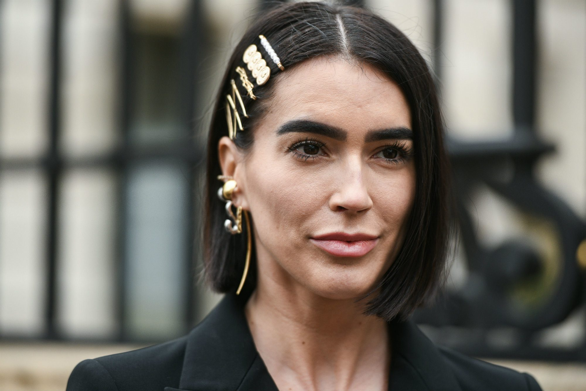 mujer joven peinada con hebillas para el pelo corto