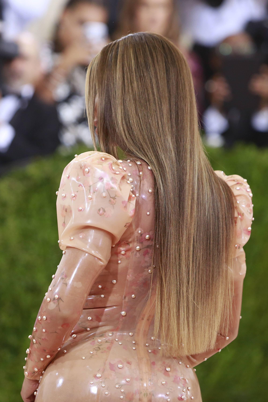 Mujer de espaldas pelo largo castaño claro ceniza