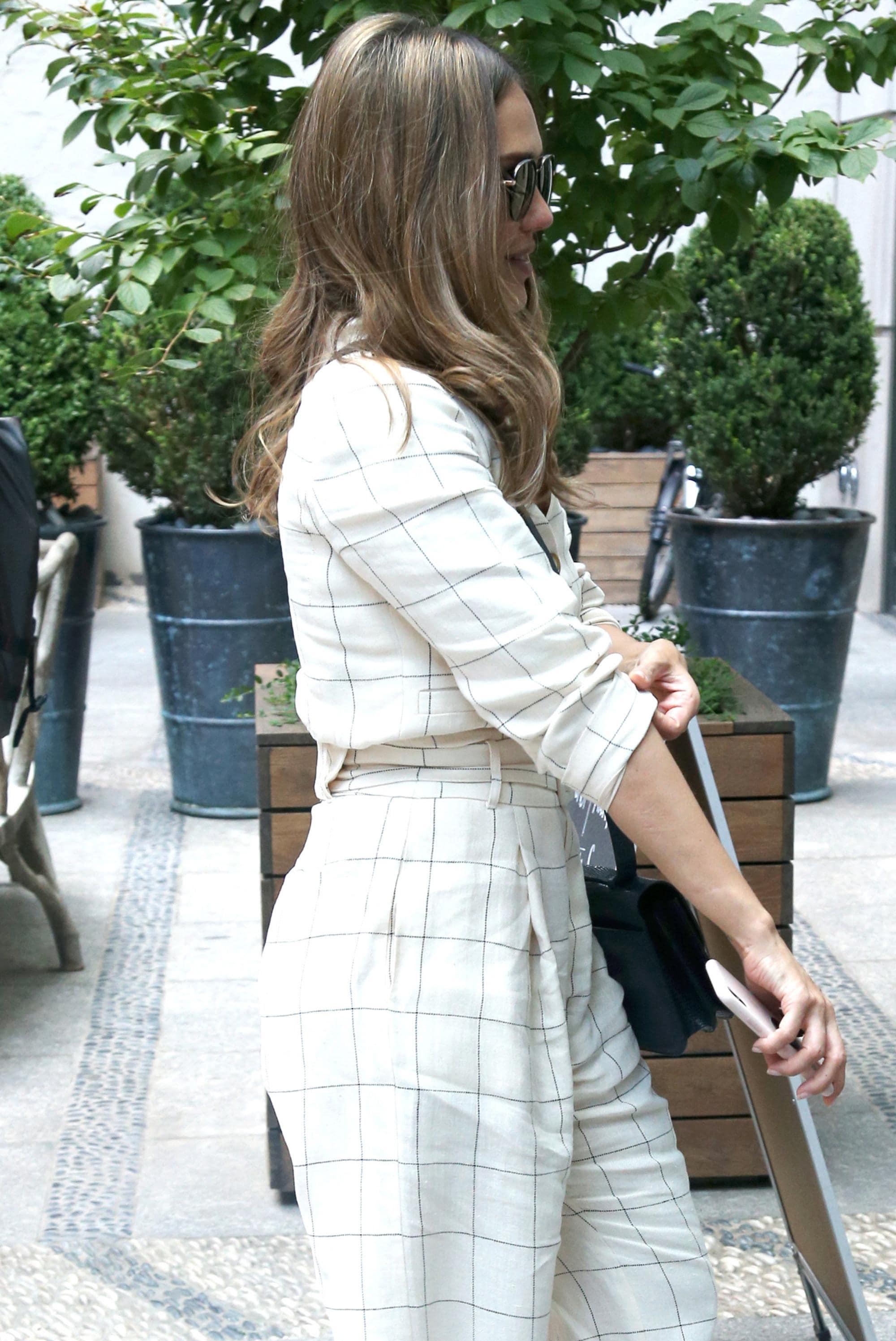 Jessica Alba con pelo largo castaño claro ceniza