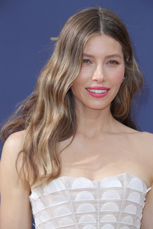 Jessica Biel con pelo largo castaño claro ceniza
