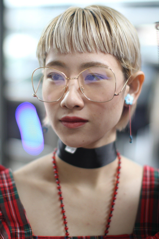 mujer asiática de pelo rubio con corte tazón y miniflequillo