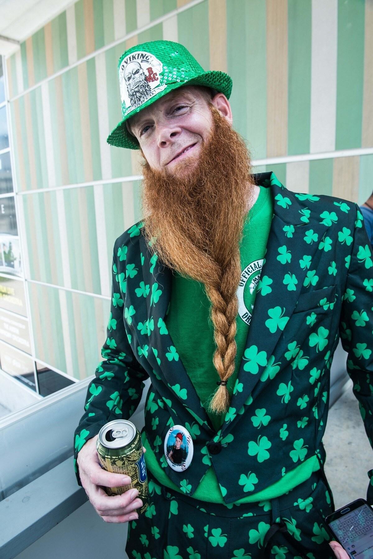 hombre con bigote y barba extravagante de color rojo