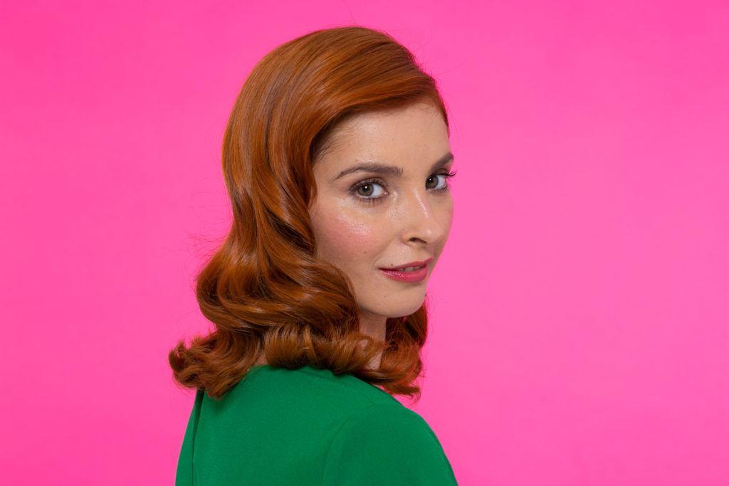 mujer de pelo rojo al hombro con ondas estilo Hollywood