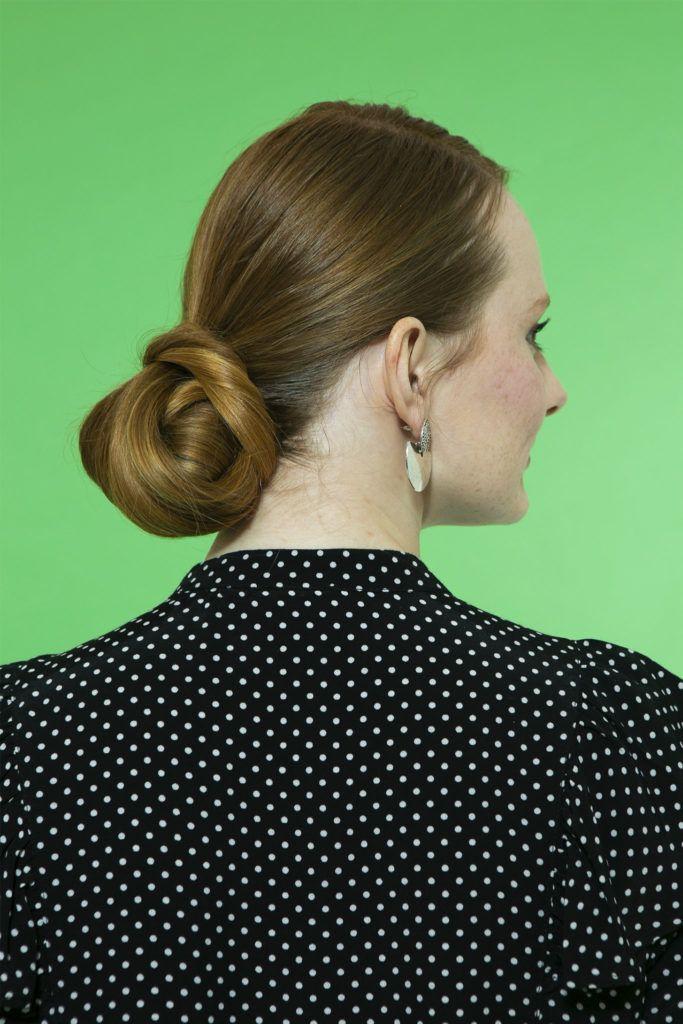 mujer de espaldas con peinado recogido en chignon