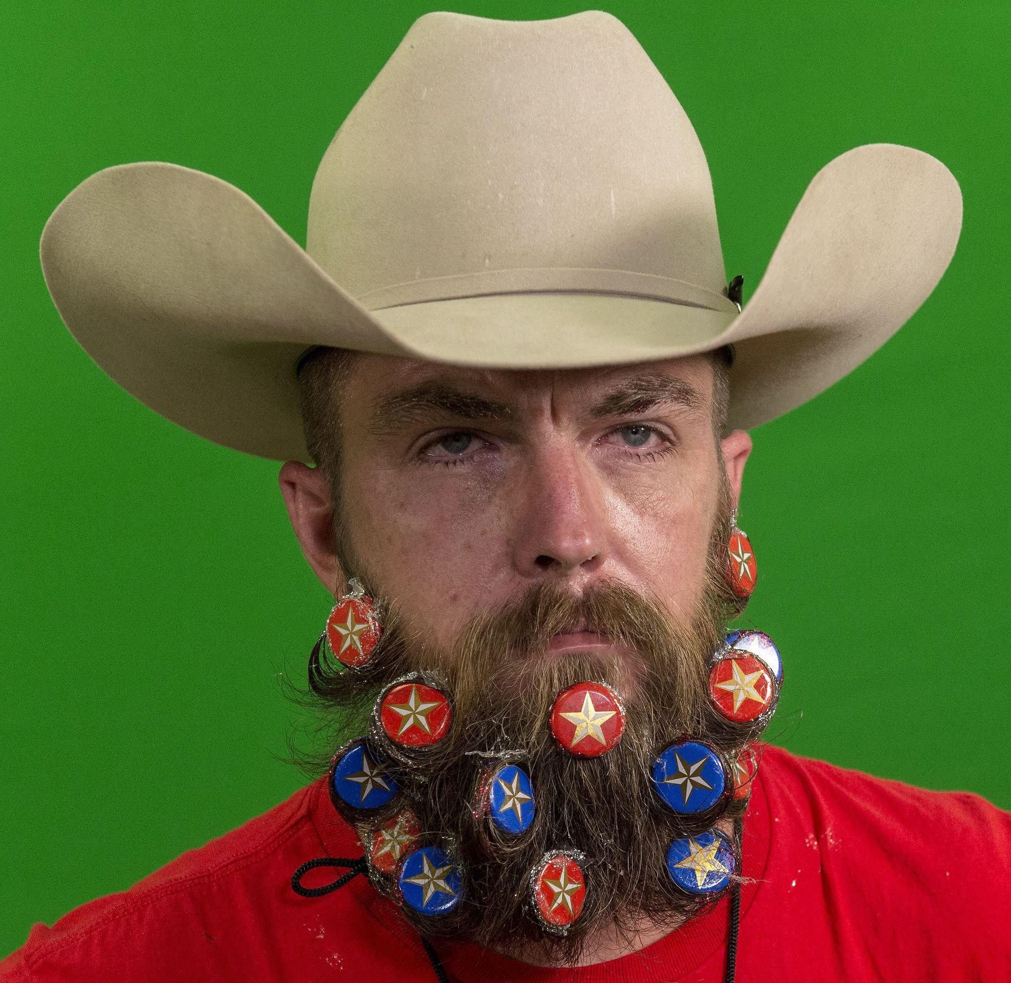 cowboy con barba bigote y barba extravagante