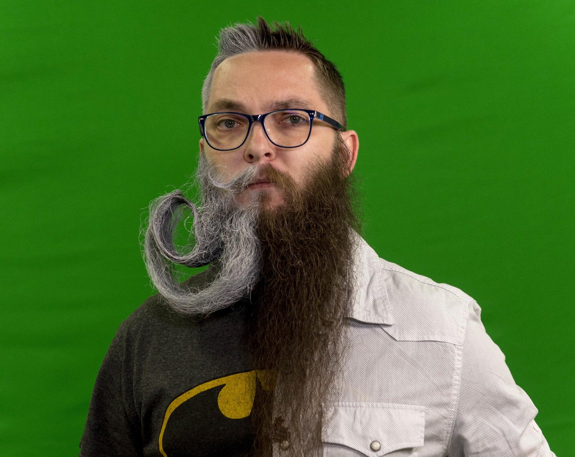 hombre con bigote y barba extravagante de dos colores