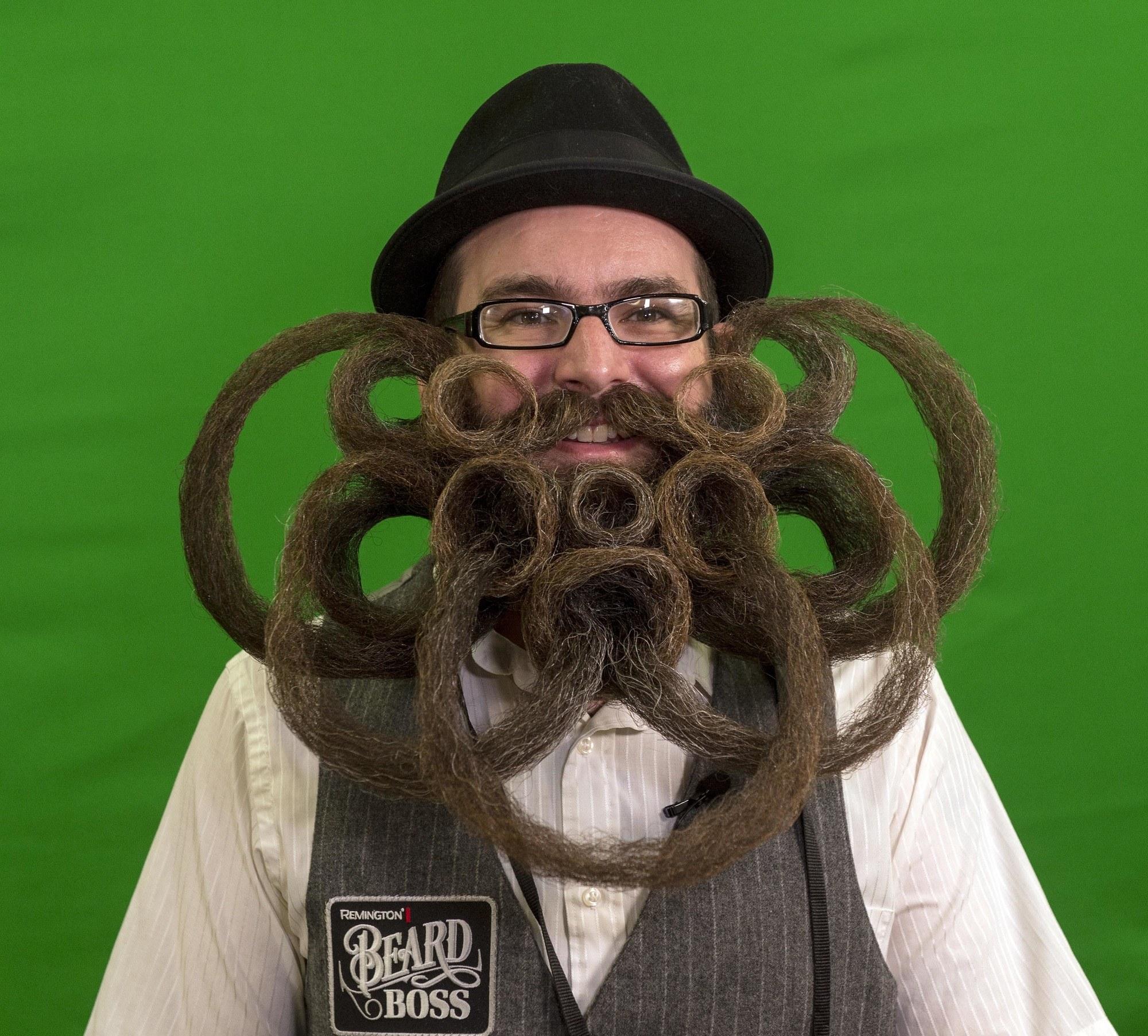 hombre con bigote y barba extravagante