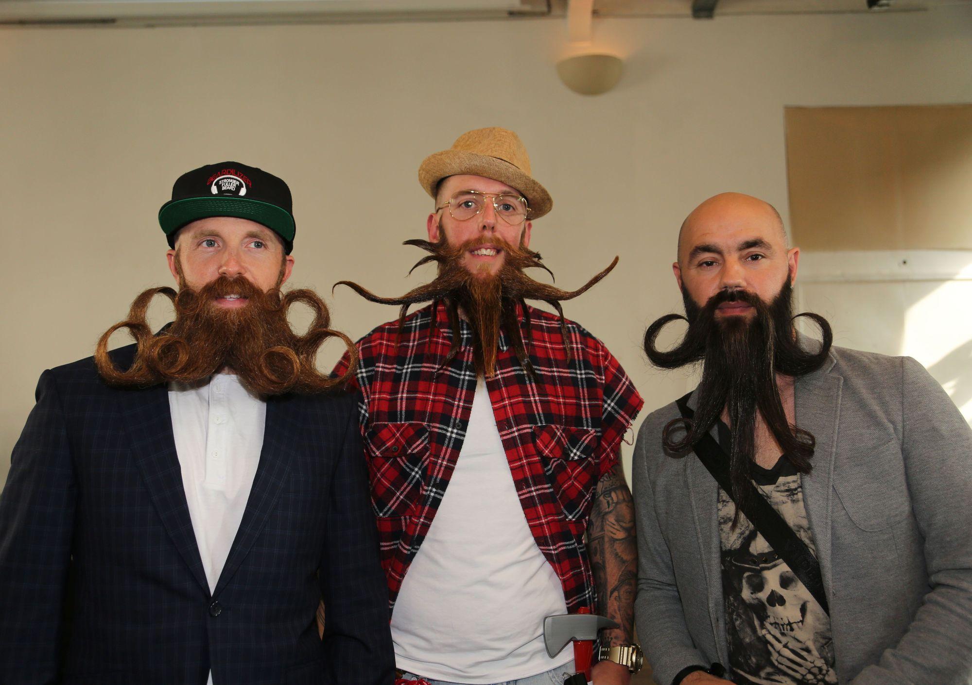 Tres hombres con barbas y bogotes extravagantes