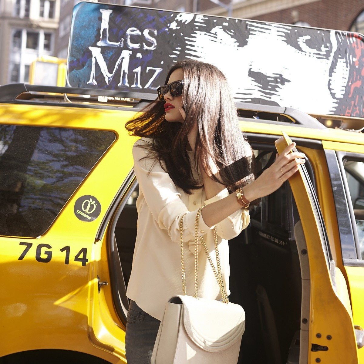 Chica morocha bajando de un taxi
