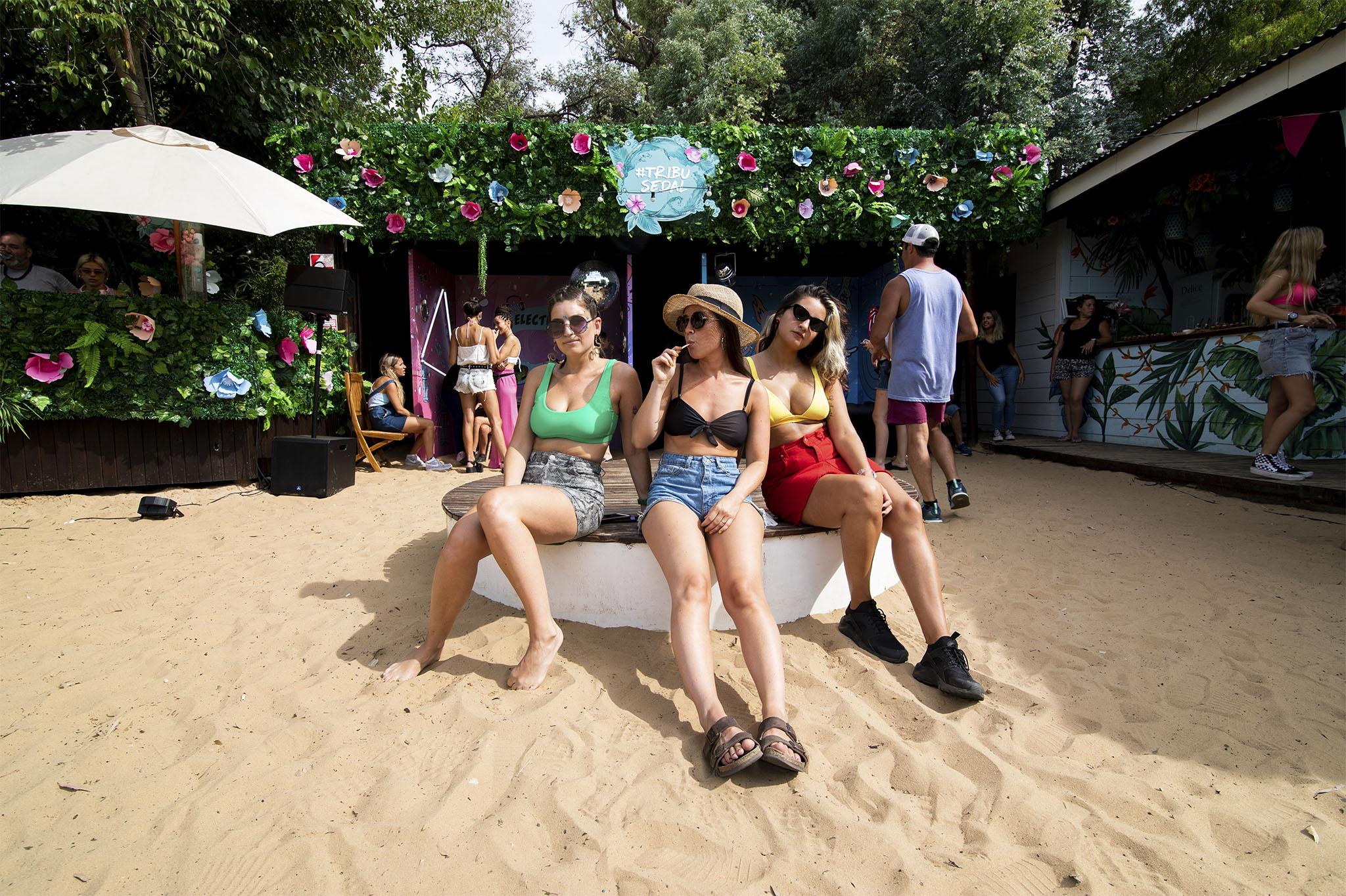 Chicas de la Tribu Sedal en una playa