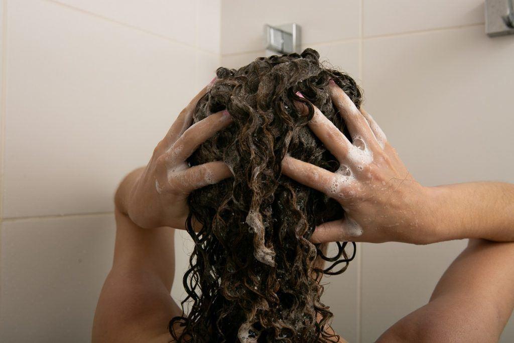 vista de atrás lavado de pelo