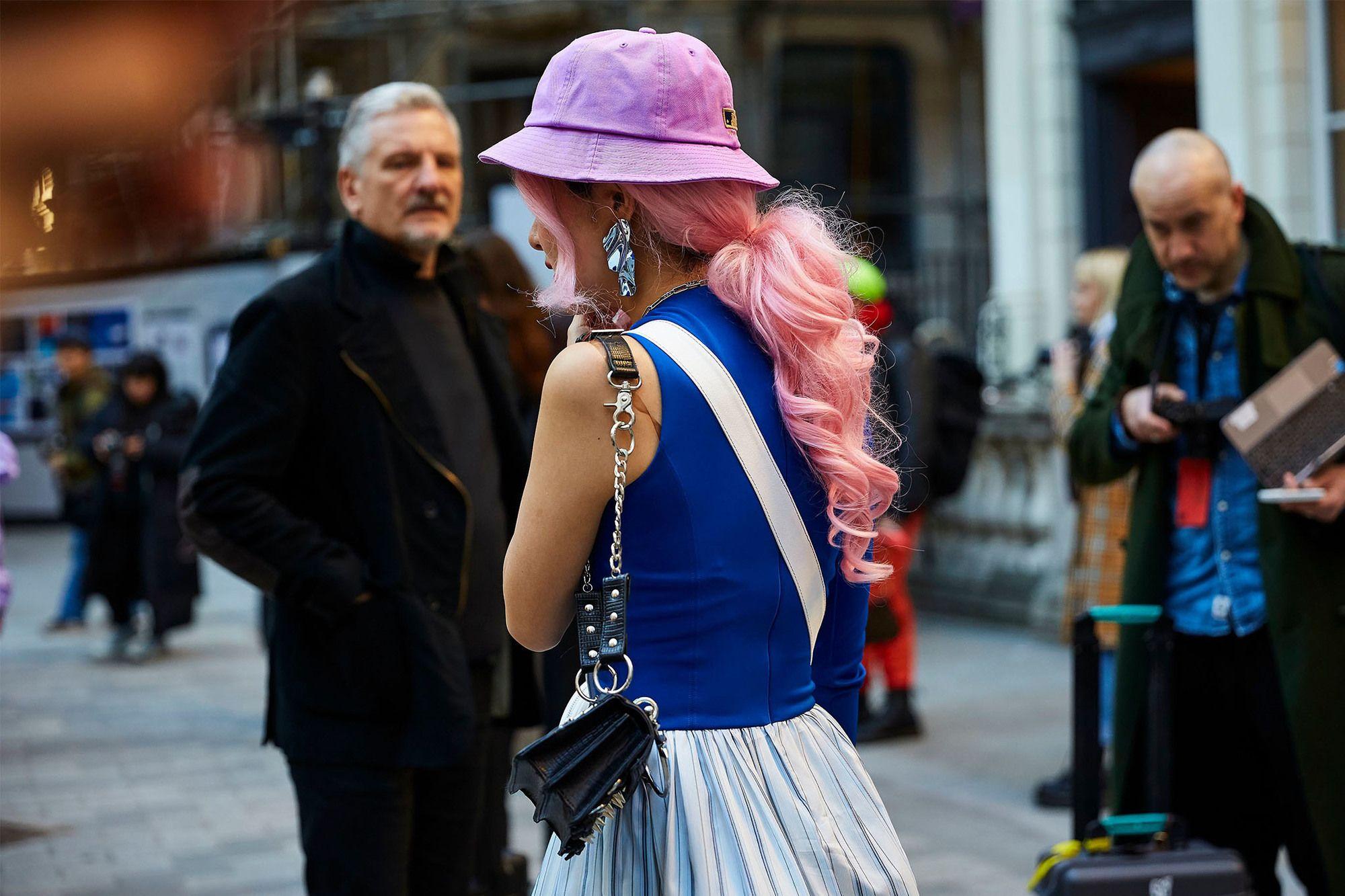 mujer de pelo rosa con rulos
