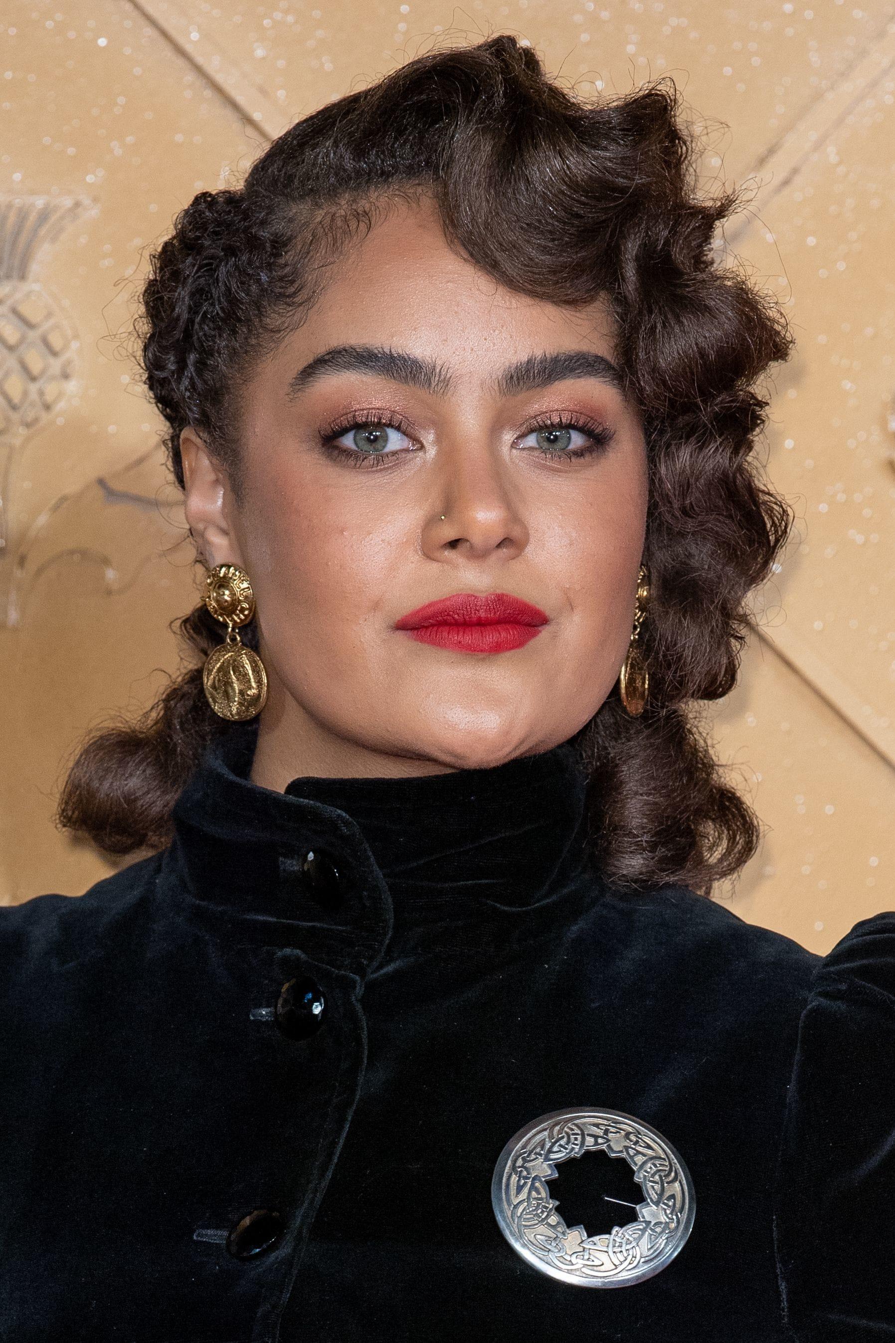 mujer joven con peinado con bucles vintage