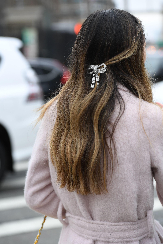 pelo castaño balayage largo con trenza y broche