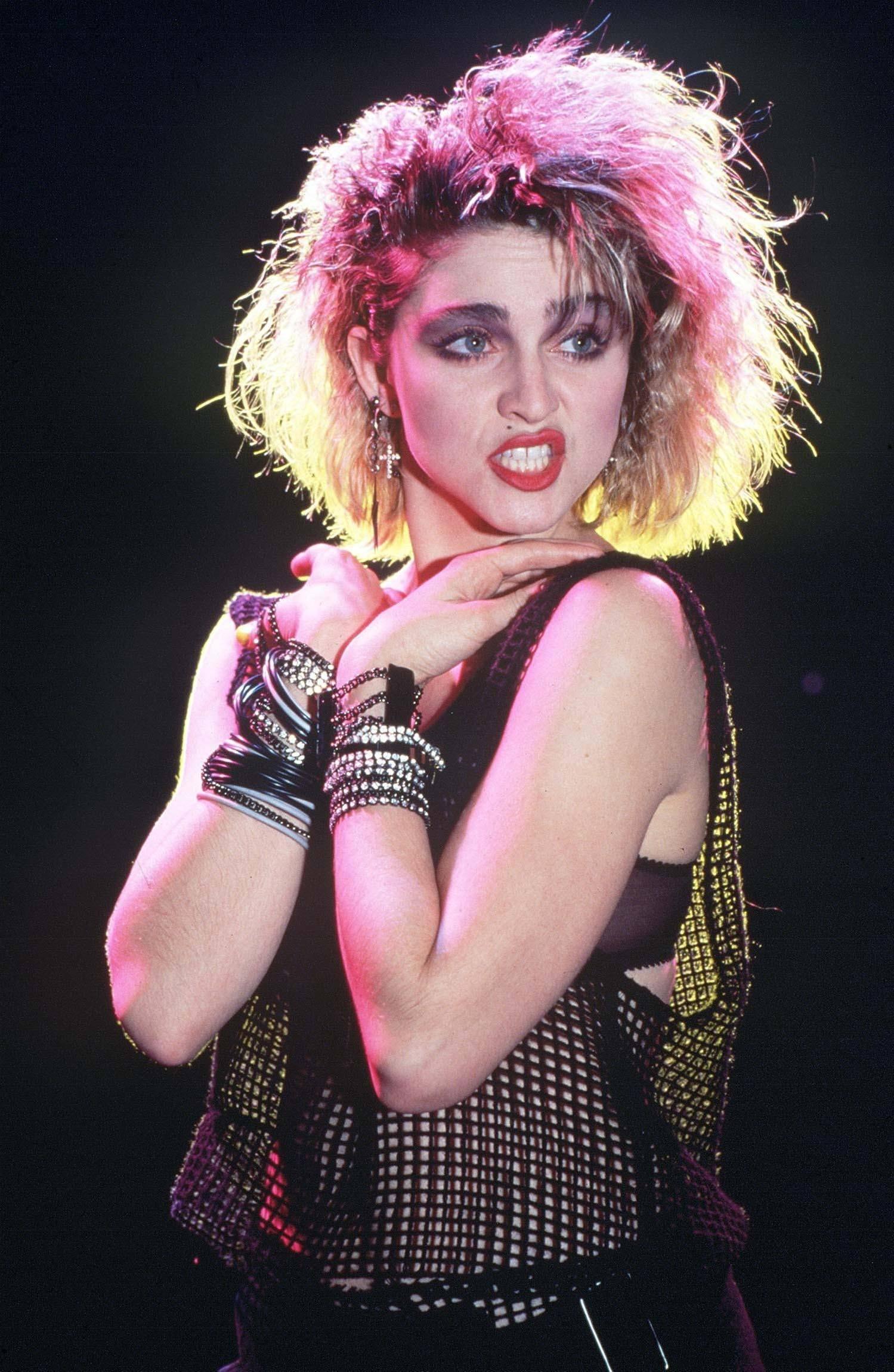 Madonna con pelo despeinado