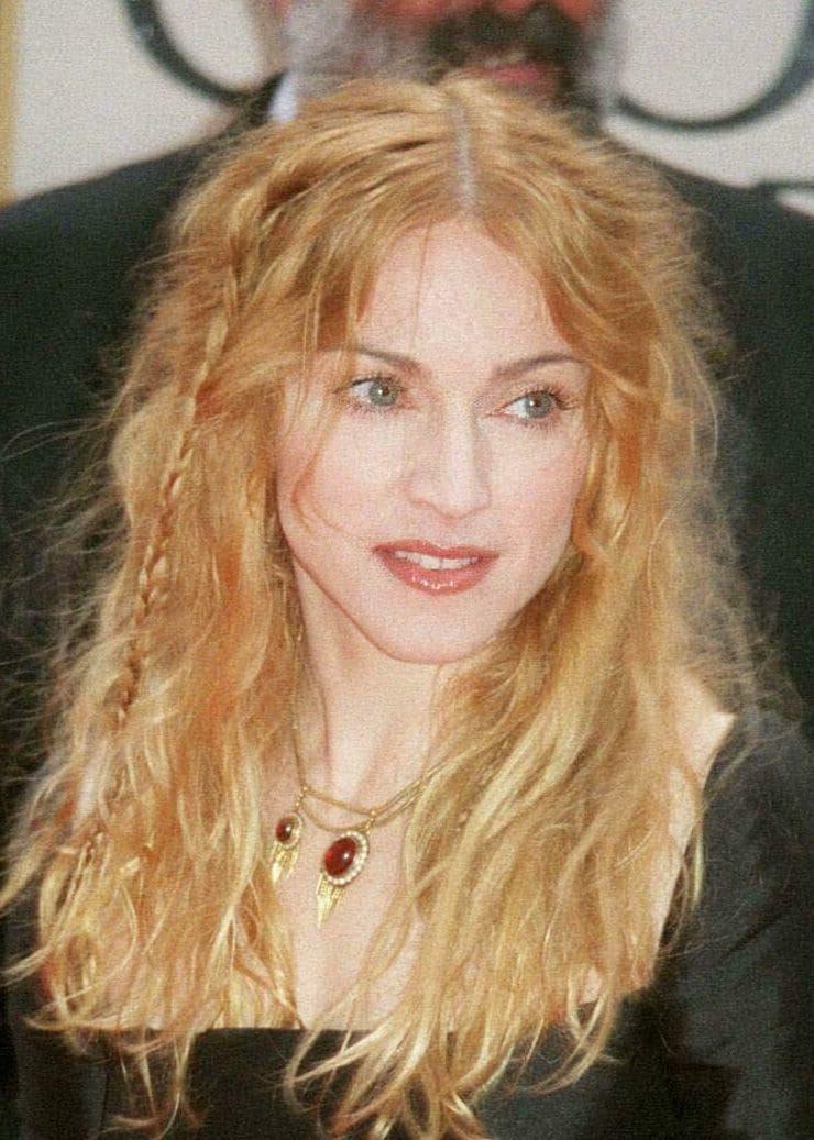 Madonna con despeinada con trencitas