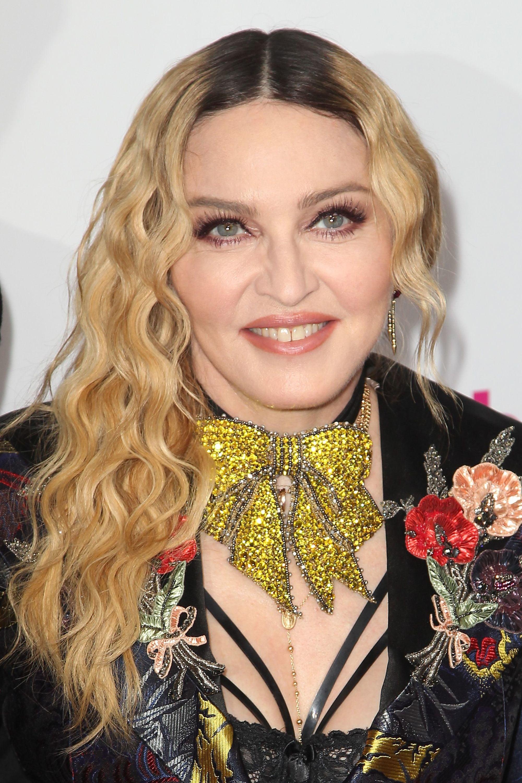 Madonna con ondas en pelo largo