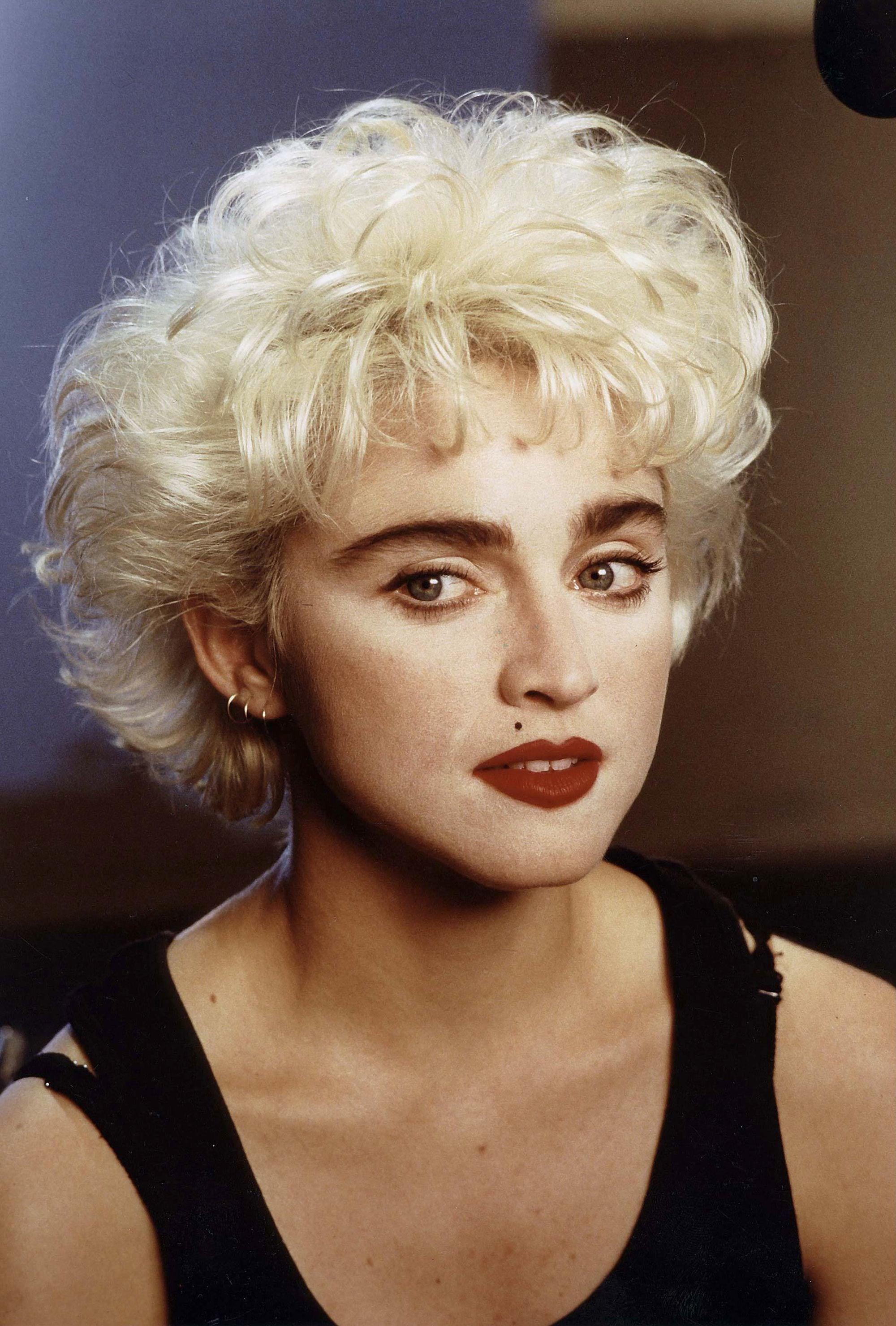 Madonna con pelo corto rubio ondulado