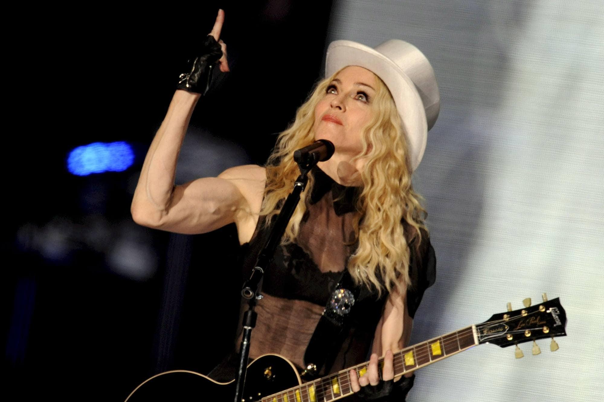 Madonna con pelo rubio ondulado y sombrero