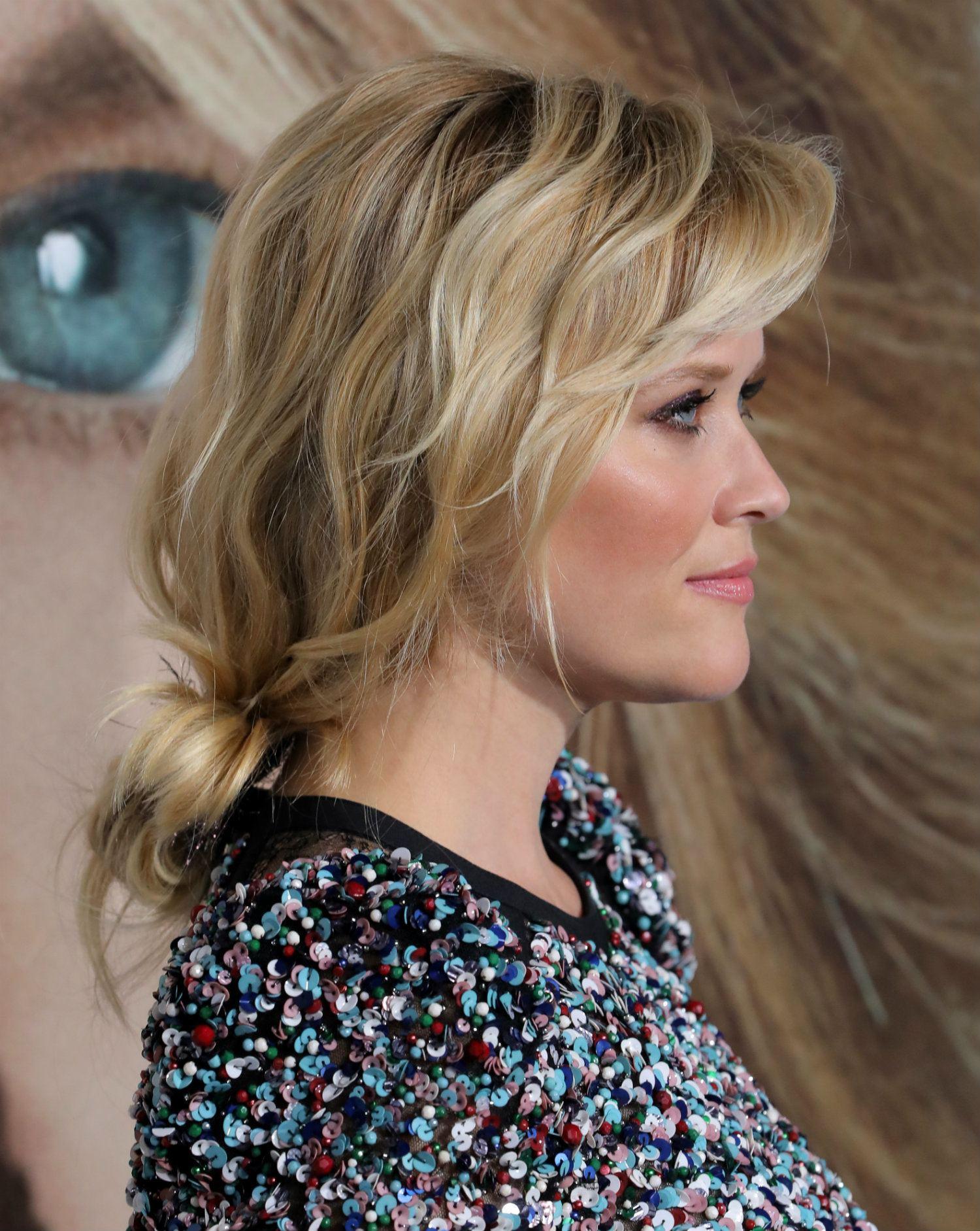 mujer rubia pelo corto con ondas rodete bajo