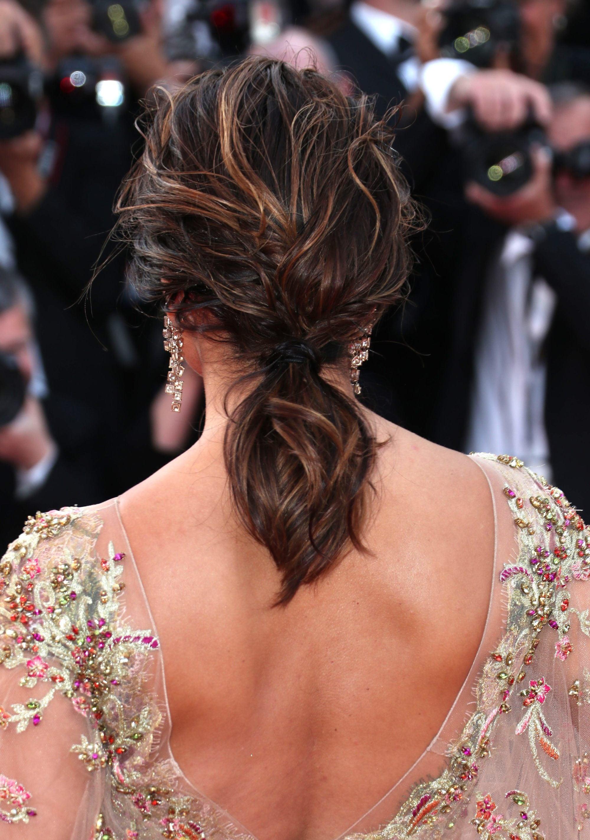 mujer con pelo con ondas recogido cabello castaño de espaldas