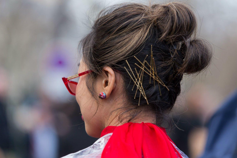 pelo castaño con mechas rubias decoración de clips de pelo y rodetes