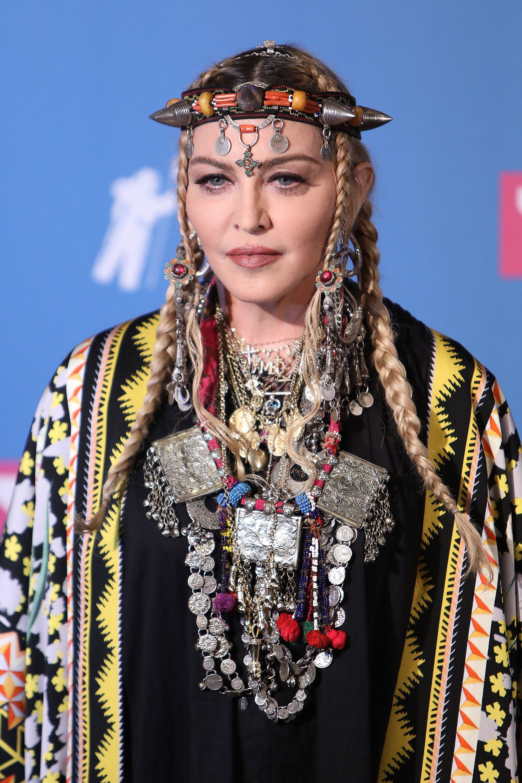 Madonna con dos trenzas y accesorios