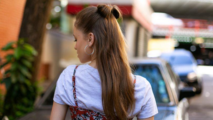 vista de atrás de media cola con moño en pelo largo