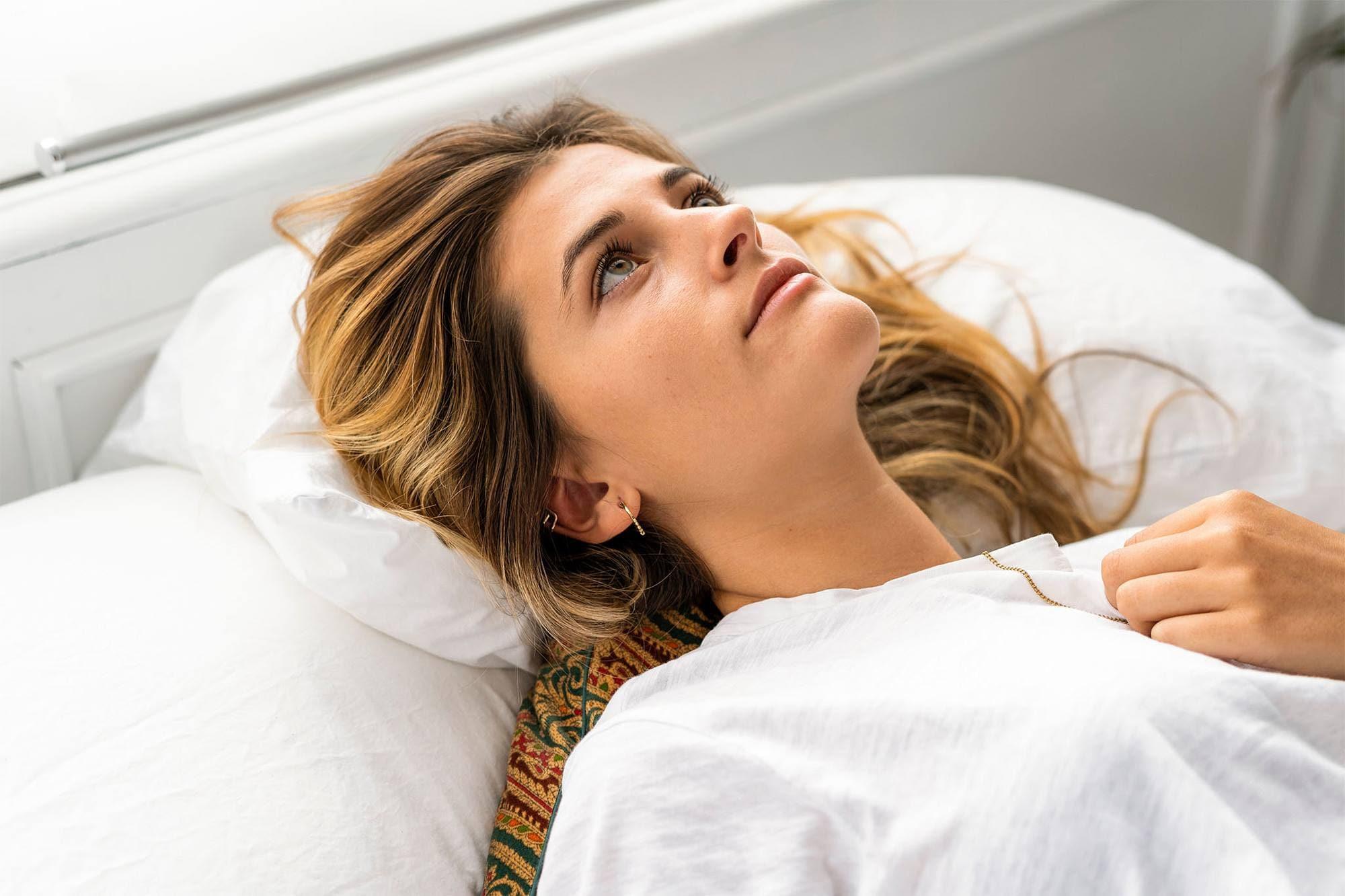 mujer acostada con pelo en almohada