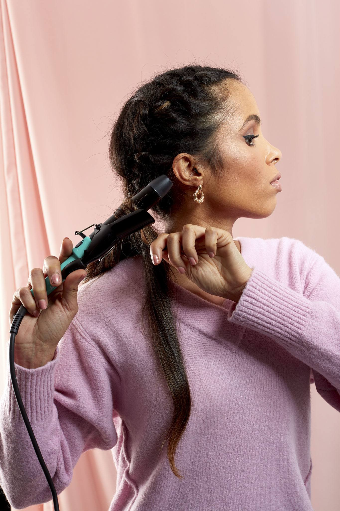 mujer de pelo largo negro con buclera