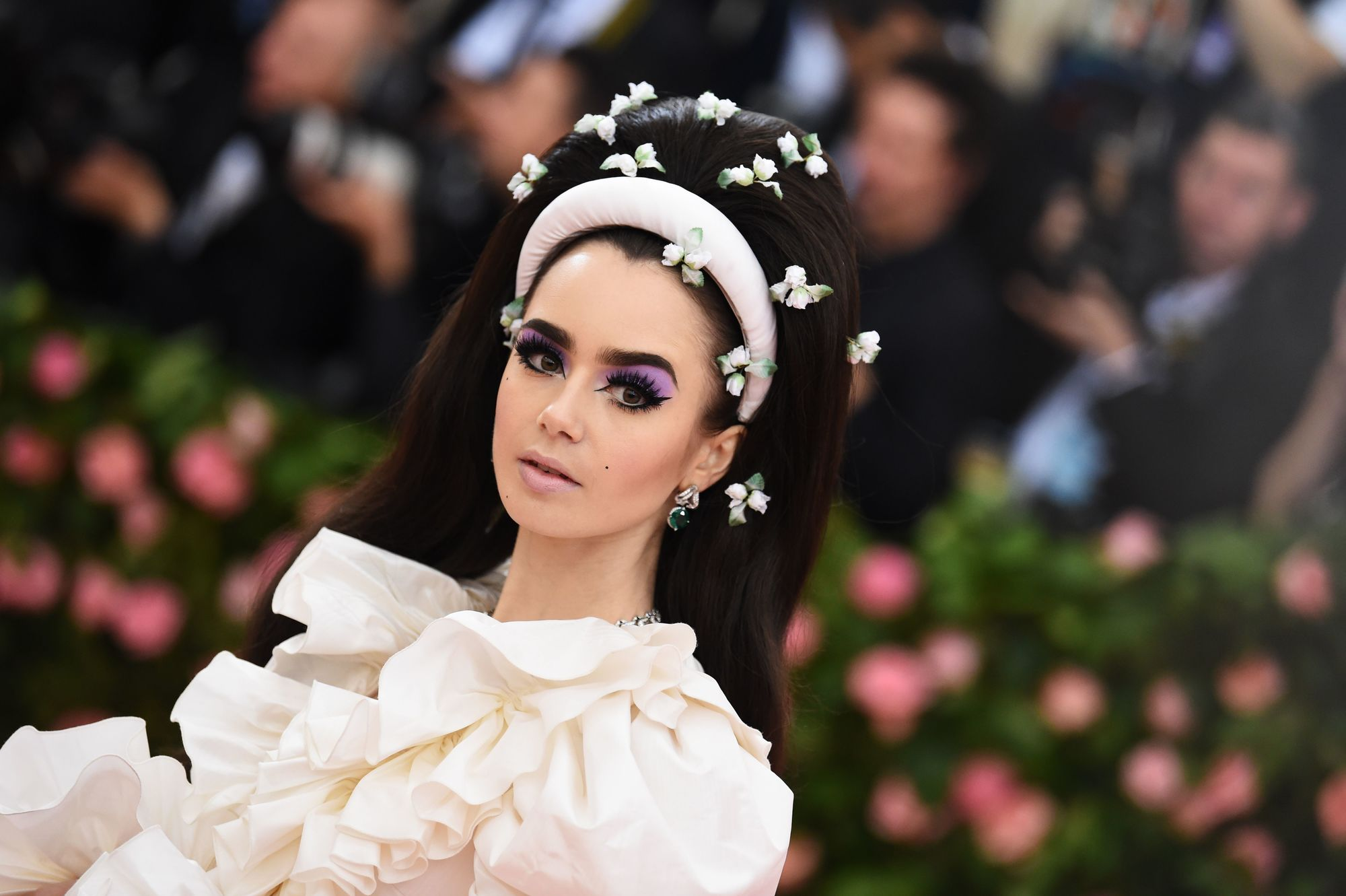 Lilly Collins con bouffant