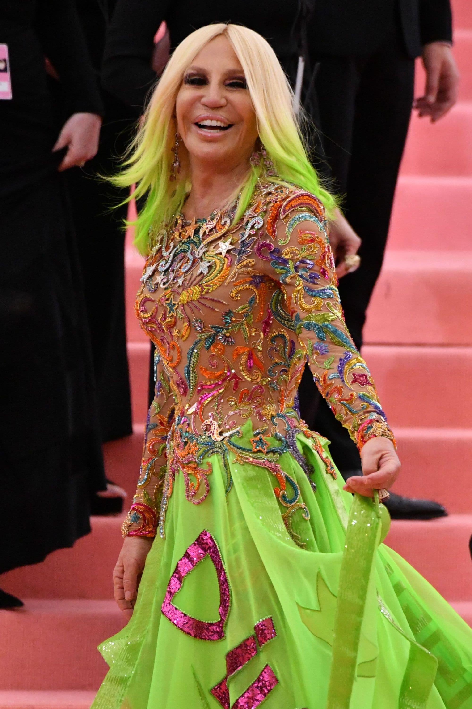 Donatella Versace con puntas verdes flúo