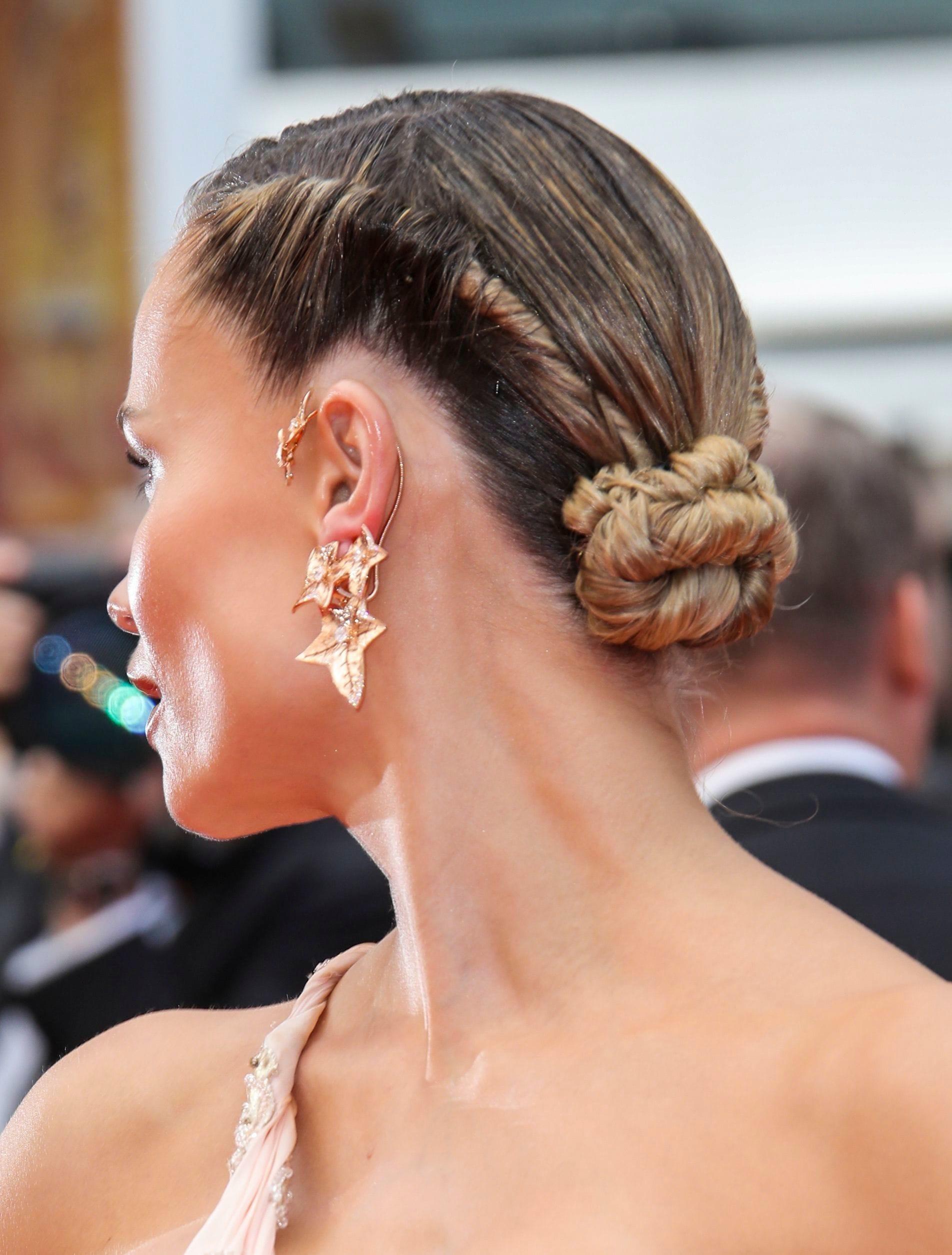vista de perfil trasero con rodete y torzada