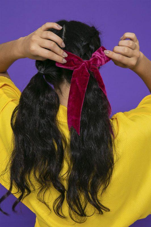 mujer haciendo un moño en el pelo