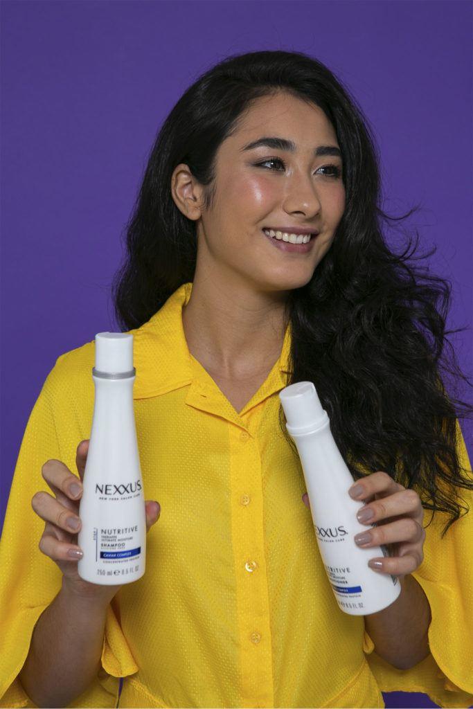 mujer con shampoo y acondicionador Nutritive de Nexxus