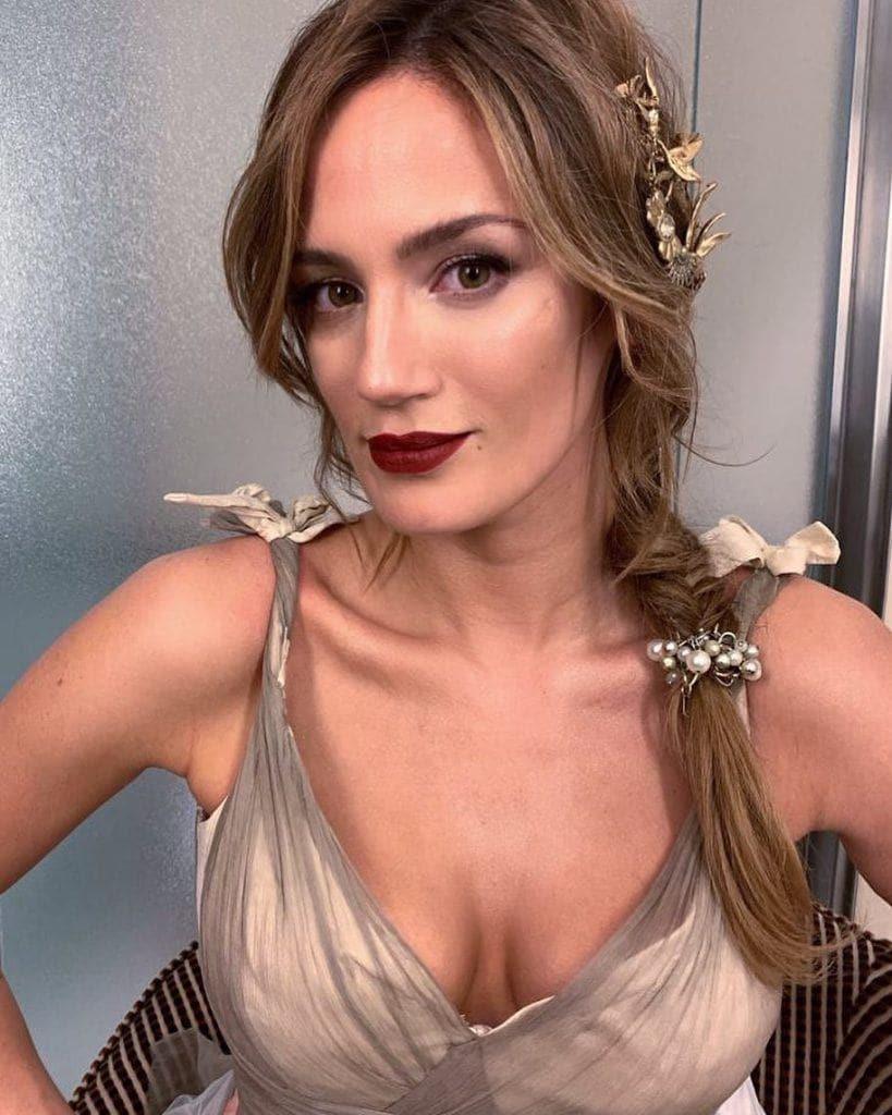 Paula Chaves con trenza griega y accesorios
