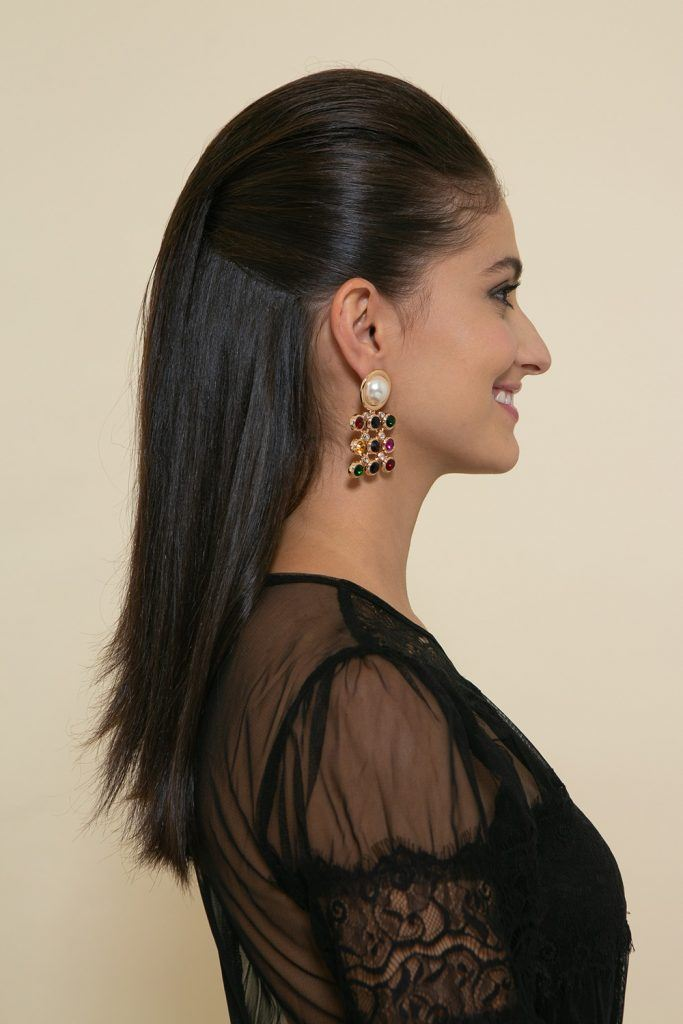 mujer con peinado hacia atras