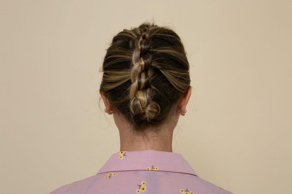 vista de atrás peinado con nudos