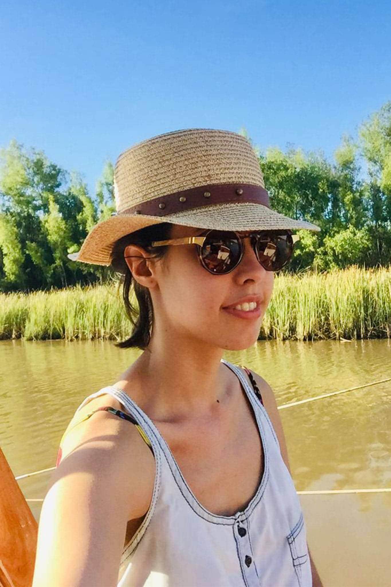 mujer con pelo corto y sombrero