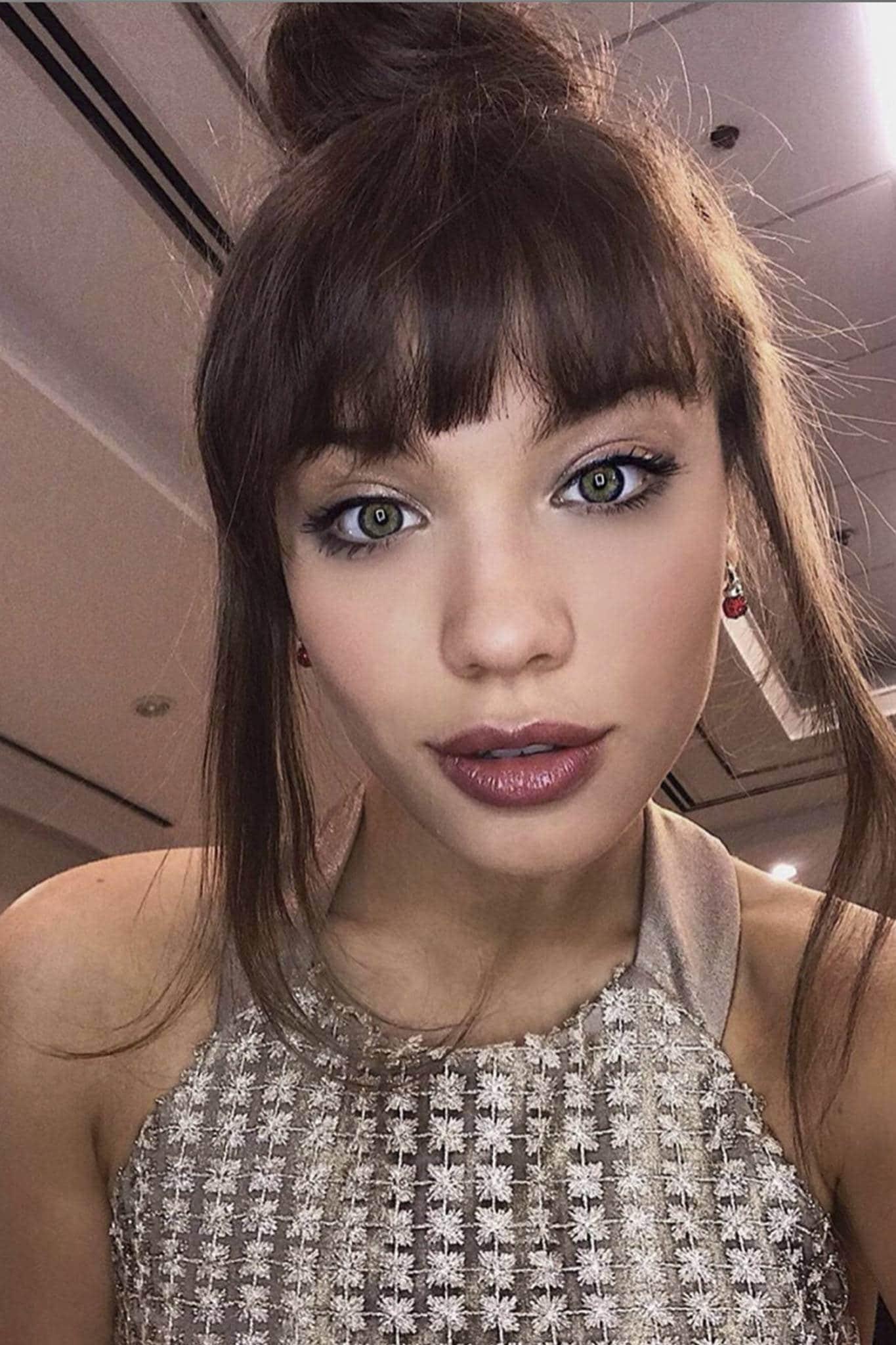 Malena Narvay con flequillo y rodete