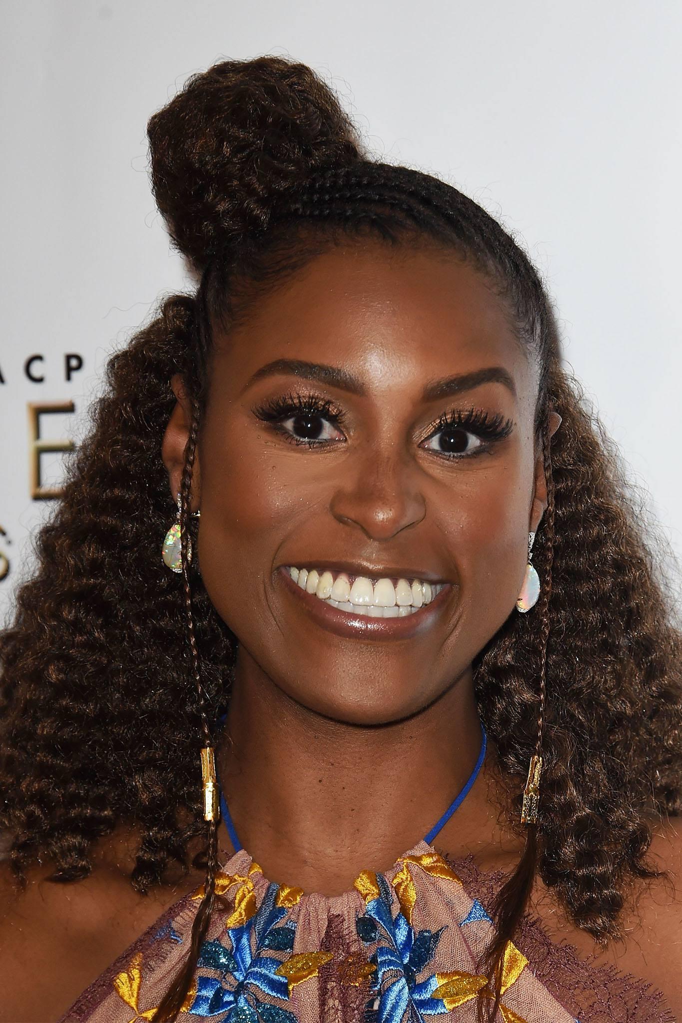 mujer con pelo afro y rodete de lado
