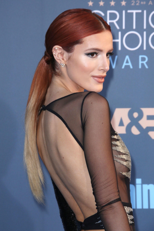 Bella Thorne con balayage rojo en cola de caballo
